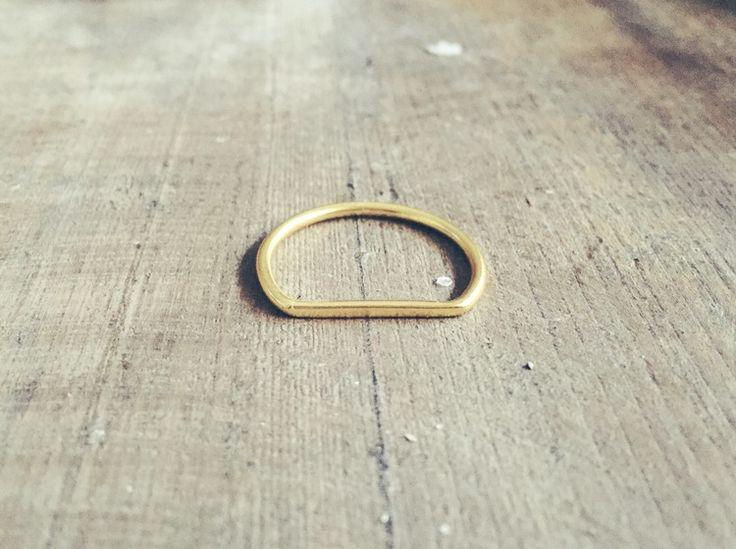 """El """"anillo sky"""" es una joyita de plata bañada en oro.  Es un anillo de talla única (talla 12-14) al tener la parte plana se adapta a las dos tallas. Se puede poner en dos posiciones: con la parte plana o la curva delante.  Diseño único y exclusivo de moncollierbcn. Una joyita de día a día. Ideal para llevarlo en el dedo índice o medio."""