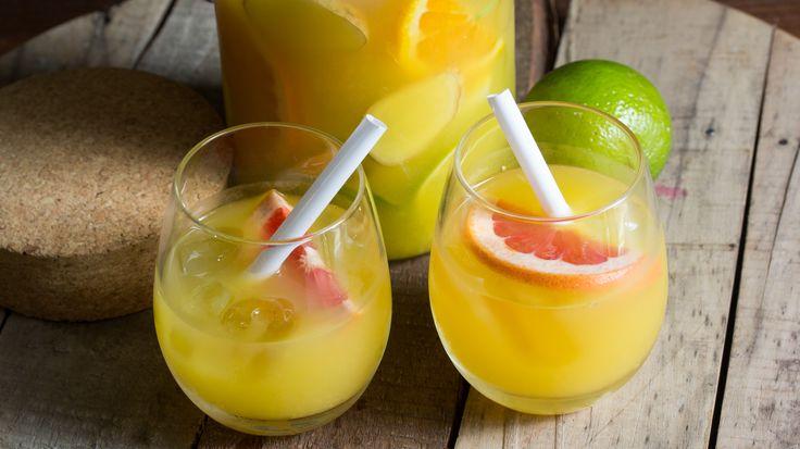 Witte sangria met gin, sinaasappel en limoen