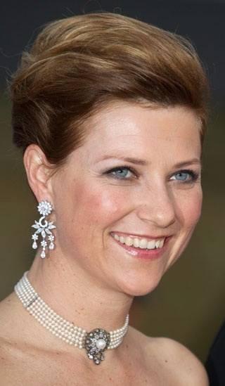 Märtha-Louise, Princess of Norway, nydelig fem raders perlekjede/Chocker. Arv fra dronning Maud?