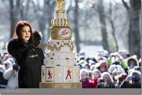 """La esposa de Elvis Presley compartió una torta con los fans para celebrar el cumpleaños del """"Rey"""" - http://www.leanoticias.com/2015/01/09/la-esposa-de-elvis-presley-compartio-una-torta-con-los-fans-para-celebrar-el-cumpleanos-del-rey/"""
