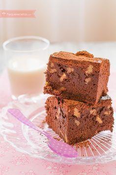 Me encantan losbrownies,sobre todo cuando están todavía calientes. No lo puedo terminar: su mezcla de texturas, su sabor y su untuosidad hacen de este rico pastel un bocado único. Delicioso