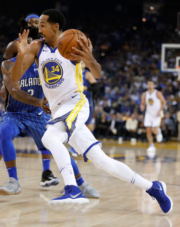 Golden State Warriors' Shaun Livingston (34) dribbles against the Orlando Magic in the first quarter at Oracle Arena in Oakland, Calif. on Monday, Nov. 13, 2017. (Nhat V. Meyer/Bay Area News Group)