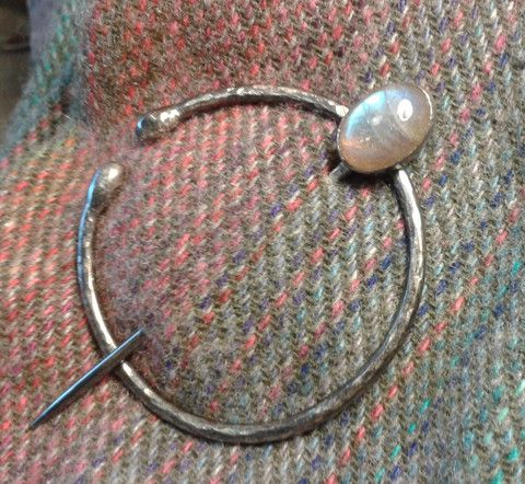 Silver and labradorite pennanular. Made by Roche Designs