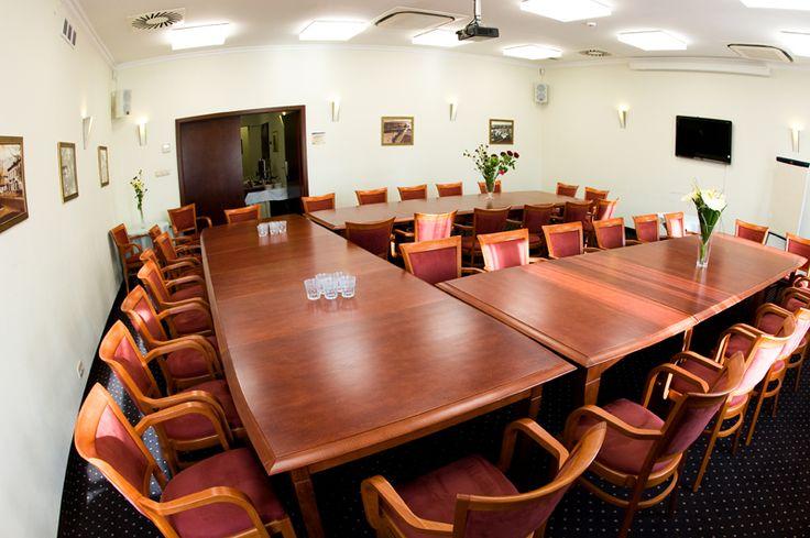 Przykład fotografi korporacyjnej przedstawiający wnętrze sali konferencyjnej