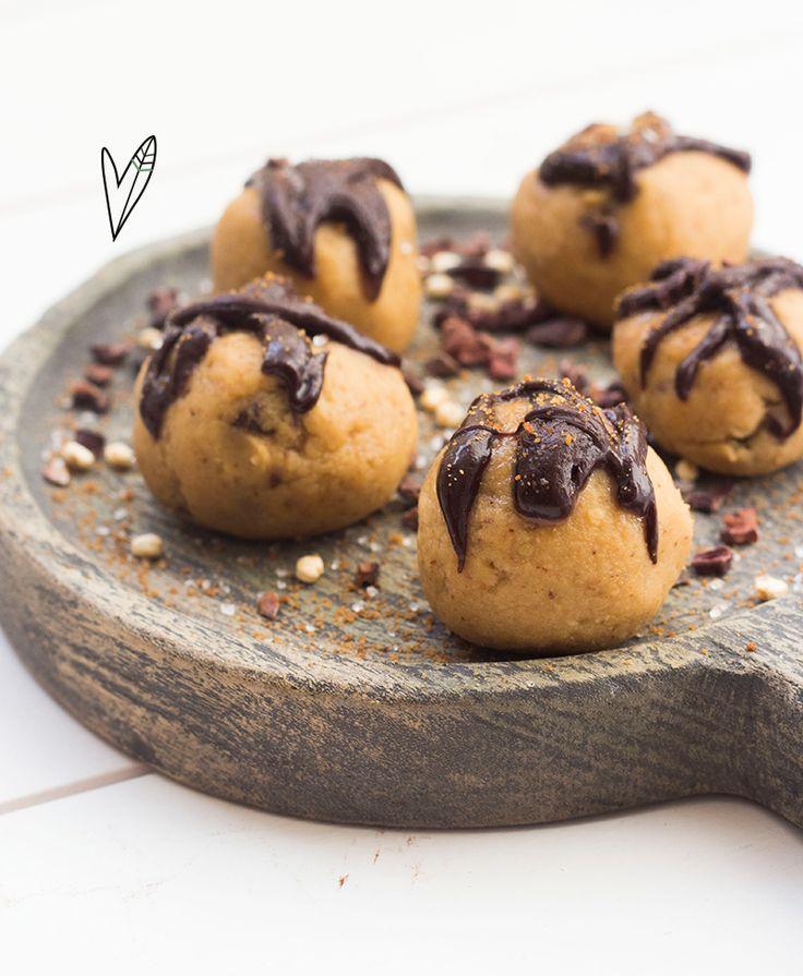 Wanneer je deze balletjes eet voelt het net of je snoept van koekjesdeeg, maar dan een stuk gezonder! Ze zijn perfect om je zoete trek te stillen!