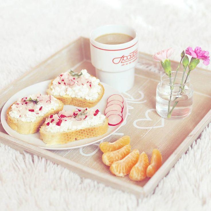 """""""Jedyny dzień tygodnia, kiedy mam czas na spokojne śniadanie ❤  #breakfast #spodlady #cottagecheese #sniadanie #flowers #clementine #smacznego #blogger…"""""""