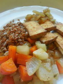 Stoofpotje van raap, wortel en ui. Met spelt, tofu en chutney van raap.