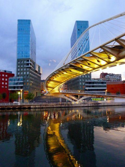 Bilbao: Puente Zubizuri y Torres de Arata Izosaki