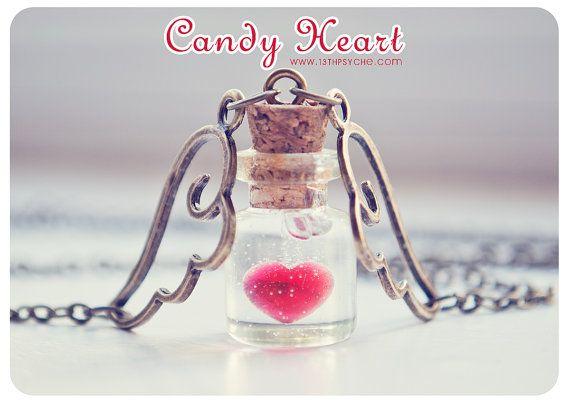 Un collar de botella de cristal pequeña hecha a mano con corazón de cristal…