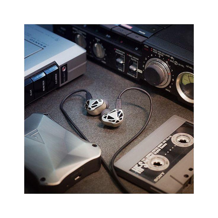 AG RT-1 Ecouteurs Intra-Auriculaire IEM Dual Driver 32 Ohm Noir - Avec leur design géométrique les écouteurs intra-auriculaires AG RT-1 ne peuvent que retenir l'attention. Un design qui ne va pas au détriment des performances puisque ces IEM assurent d'excellentes performances audio, grâce à une conception soignée.