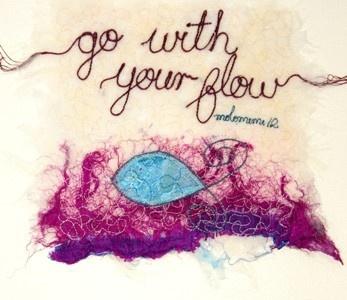 'Go with your flow'. 'Threads' van Molomimi. Handgemaakte kunststukjes van gerecycled textiel. Fairtrade uit Zuid Afrika.