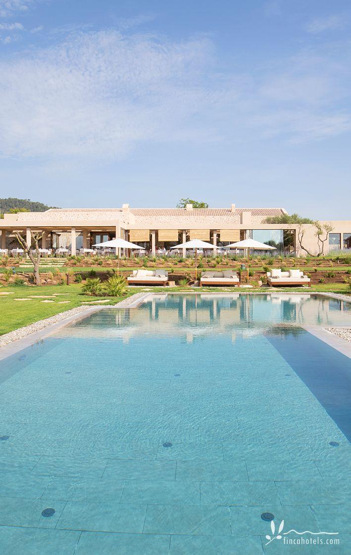 Baden im Meer oder im Pool? Beim luxuriösen Landhotel Pleta de Mar auf Mallorca müssen sich die Gäste zum Glück nicht entscheiden. Das moderne Luxusresort befindet sich direkt am Strand von Canyamel - den Pool und das Meer trennen nur wenige Schritte. Da kann man durchaus mehrmals am Tag seinen Standort wechseln.