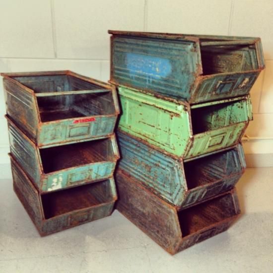 Leuke, oude industriële bakken in aparte kleuren!  Afmeting: 50 cm lengte, 34 cm breed en 20 cm hoog