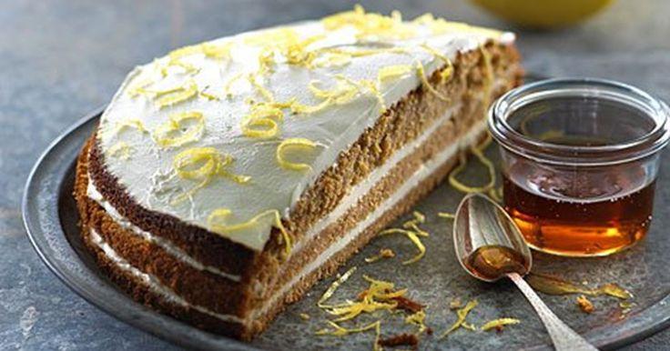 En rigtig retro-kage, der smager af varme krydderier og hygge med mormor og farmor....den skal ungerne da også smage nu om dage.