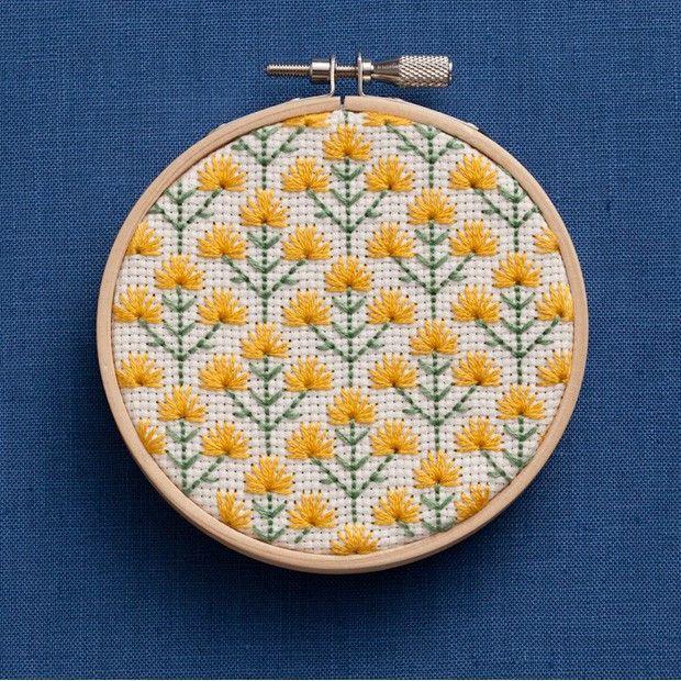 刺しゅう枠をフレ―ムのように飾って楽しめるオーナメントのキット。金具に紐やリボンをつけて吊るしたりそのまま棚の上に置いても雰囲気がでます。【 サイズ(約) 】 直径8.5cm 留め金具含まず(出来上がりサイズ)18×14cm フック付き(パッケージサイズ)【 セット内容/素材 】 コスモ25番刺しゅう糸(綿100%)、刺しゅう布(綿100%)ジャバクロス65SF/35.アイボリー、刺しゅう針(鋼)、刺しゅう枠(木、真鍮<ニッケルメッキ>)、図案付き作り方説明書【 ご用意いただくもの 】 はさみ、えんぴつ、縫い針、縫い糸(生成)【 原産国 】 日本【 発売元 】 COSMO(ルシアン)