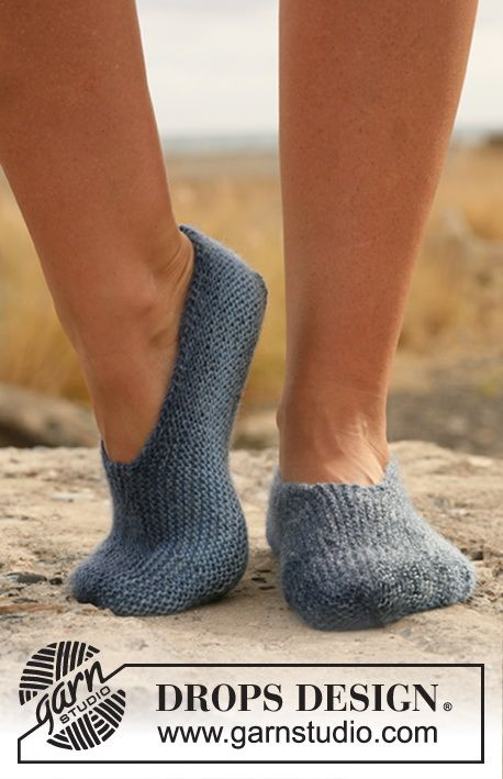"""Knitted DROPS slippers in garter st in """"Delight"""". ~ DROPS Design"""