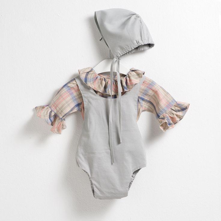 Conjunto compuesto por una camisa de cuadros con maxi volantes en mangas y cuello, un body gris y una capota a juego.