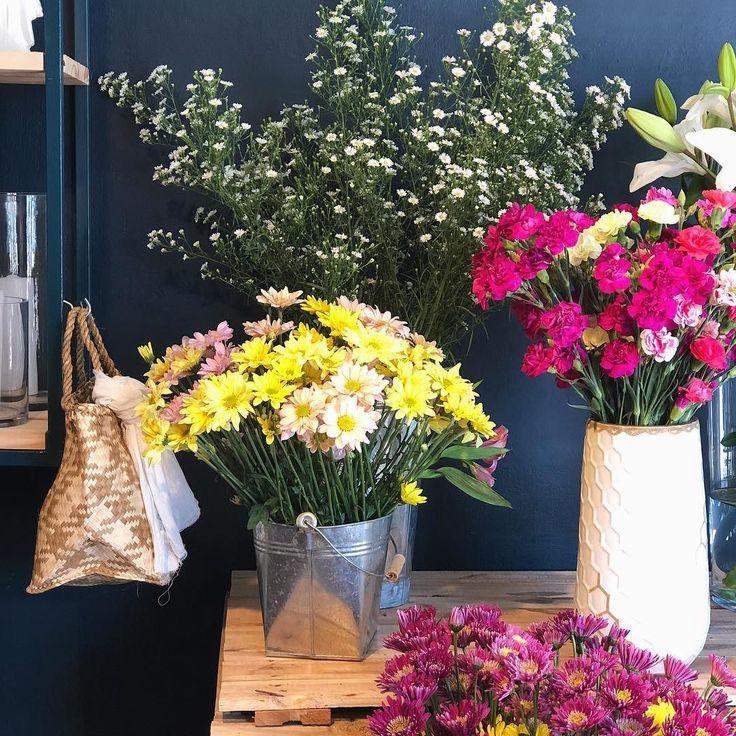 Buen día!!! Últimos días del año  estoy agotada pero tengo que seguir trabajando para unos pedidos! Uds como vienen con el cierre del año?  Este es otro rinconcito de la florería de @mercedesgjensen que les conté el otro día! (Me encantan las paredes oscuras!) divino no?? Que tengan lindo día! . . . . . #cordoba #flores #loveflowers #flowerlover #myfuntime