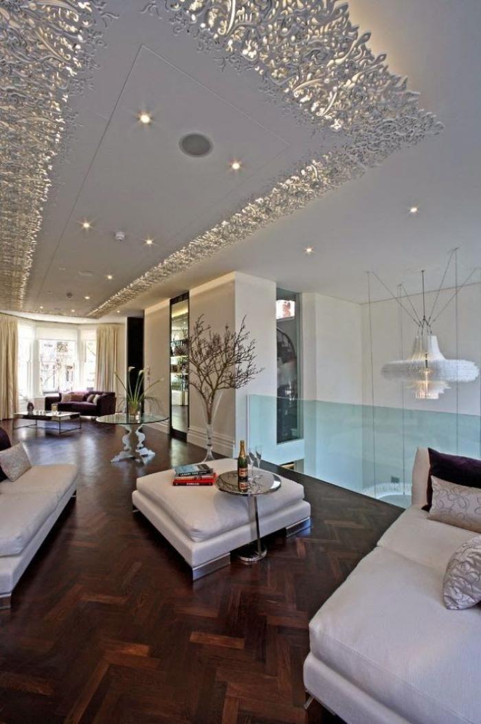 plafond lumineux, faux plafond suspendu, intérieur ouvert, parquet chevron foncé