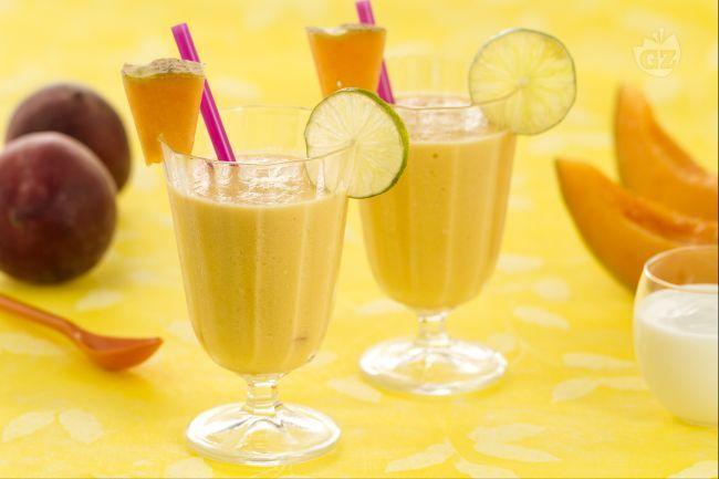 Lo smoothie allo yogurt è un gustosissimo frullato  preparato con yogurt bianco e frutta fresca di stagione, ottimo in estate.