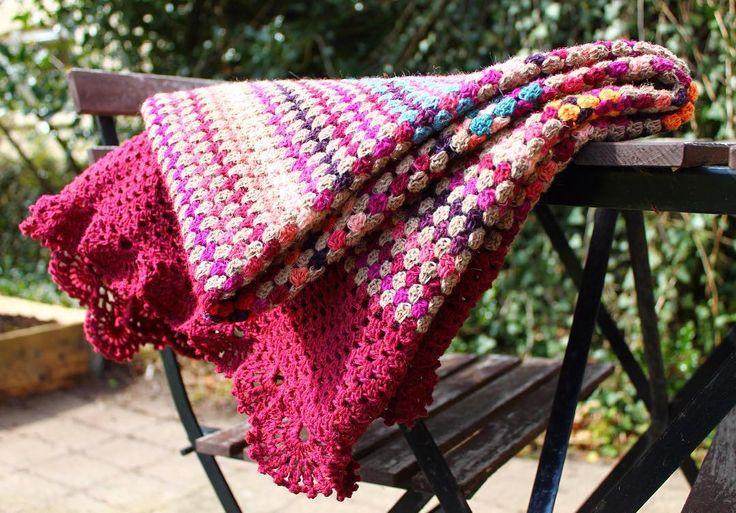 Så blev tæppet færdigt nu skal det vaskes også går turen op til min mor imorgen. Det er min mor fødselsdagsgave og det er en måned siden hun fik at vide at tæppet var til hende. #fødselsdagsgave #crochetblanket #ganchillo #crochet #garnpusherdk #grannystripe #garnudsalg #crochetersofinstagram #instacrochet #lovecrochet #lisefranck #blanket #virka #hekle #hækle #häkeln #danishdesign #nevernotcrochet #hækling #breautiful #ganchilloterapia #rainbow_wall #textureliciousyumyum #kreativ…
