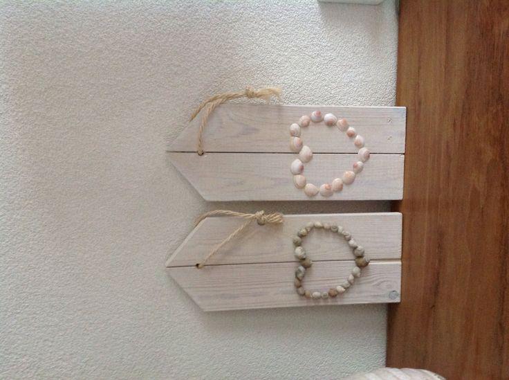 Houten plankjes met hart van schelpen