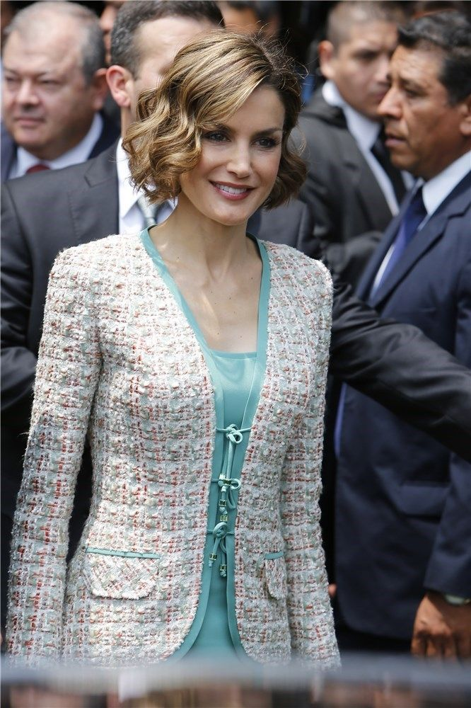 Queen Letizia (C) of Spain leaves after a ceremony in which her husband King Felipe VI (out of frame) and her were given the key to the city by Mexican City Mayor Miguel Mancera (out of frame) in Mexico City on June 29, 2015. AFP PHOTO/ALFREDO ESTRELLA