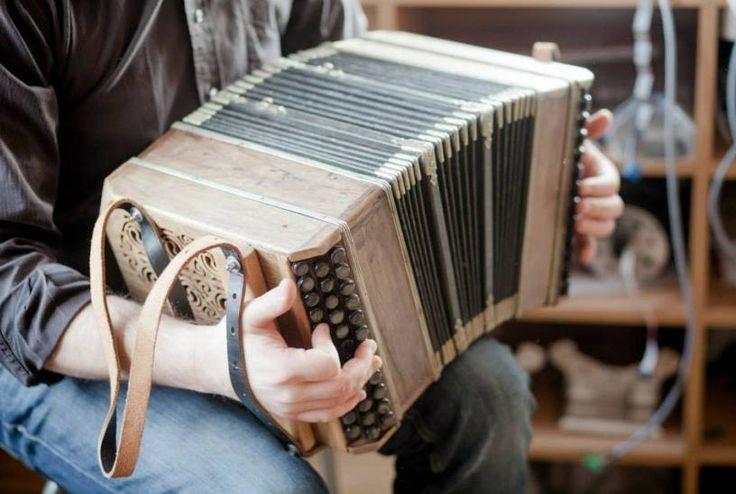 Serwis i renowacja akordeonów i harmonii.