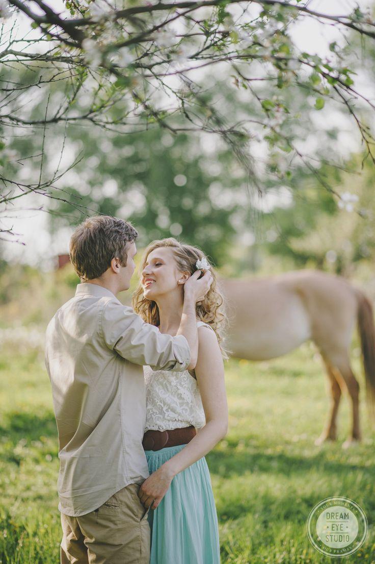 http://dreameyestudio.pl/ #dreameyestudio #horse #beige #mint #flower #love #engagementsession #professionalphotography