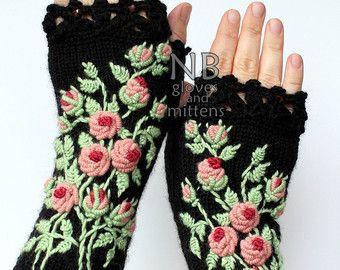HECHO A LA MEDIDA  Estos accesorios de punto mano única pueden ser un maravilloso acento a su ropa :)  Los guantes son: longitud: 20 cm (8 pulgadas); circunferencia de la muñeca: 18-21 cm (7-8). composición de la fibra: 60% lana, 40% acrílico colores: fondo gris oscuro; rojo, gris; tamaño: M M/L.  Este es mi propio diseño.  Te recomiendo lavar en agua tibia y secado a mano.  Este artículo fue tejido en un hogar libre de humo.  Por favor en contacto conmigo con cualquier pregunta.  Gracia...