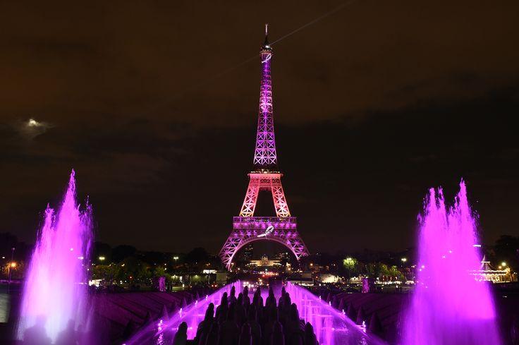 Menara Eiffel menyala dalam warna pink (merah muda) untuk merayakanBulan Kesadaran Kanker Payudara di Paris.