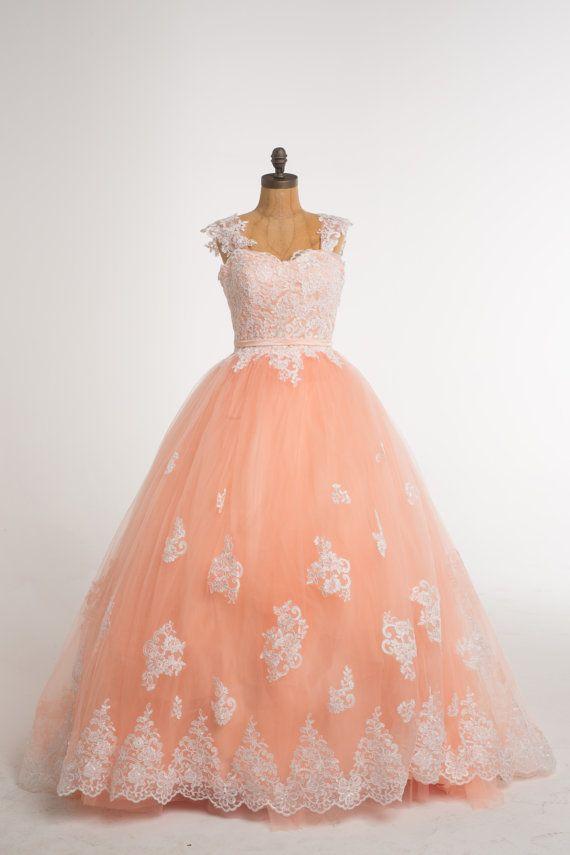 Schönes Kleid, die jedes Mädchen wie eine Prinzessin fühlen machen. Ausgefallene Spitze an der Spitze mit schönen weichen Pfirsich Spitzen auf dem Boden und satin-Schärpe.