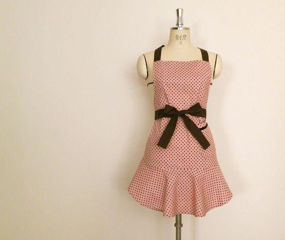 落ち着いたヴィンテージピンクの身頃に焦げ茶色のタイを合わせたエプロン。ペプラムの裾は自然に広がる設計になっているのでワンピースのようなかわいいシルエットを保ち...|ハンドメイド、手作り、手仕事品の通販・販売・購入ならCreema。