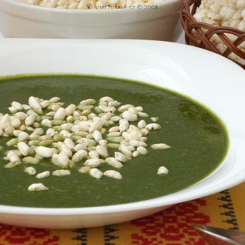 Z čerstvého špenátu můžeme uvařit velice jemnou polévku, která se nemůže rovnat s polévkou ze zmraženého špenátového protlaku. Chuťově je úplně v jiné úrovni a navíc je velice šetrná k našemu zažívání. Na tři porce si koupíme větší množství čerstvého špenátu, asi 500 g.
