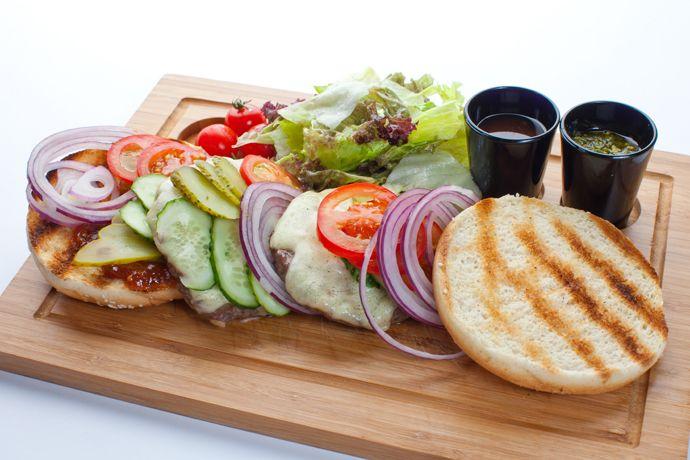 Рецепт бургера из ягнятины с листьями салата, заправленными оливковым маслом и пармезаном