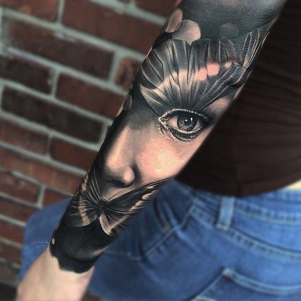 Arm Porträt Tattoo mit Schmetterling