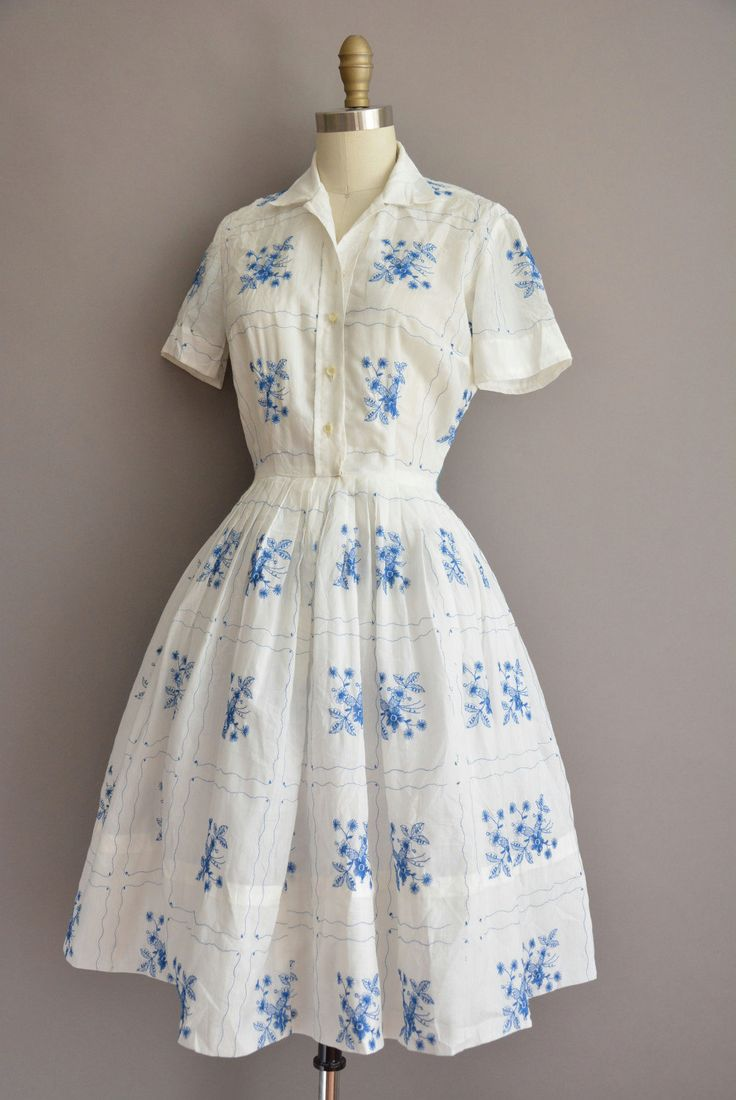 Vintage jaren 1950 witte katoenen shirt jurk met een prachtige blauwe bloemen geborduurde detail, vleiende gesmoord taille past, volledige rok.