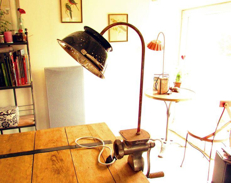Lampe vintage à poser / fixer avec accroche serre joint objet de recup cuisine hachoir à viande et abat jour : Luminaires par l-atelier-d-arthur-et-valentine
