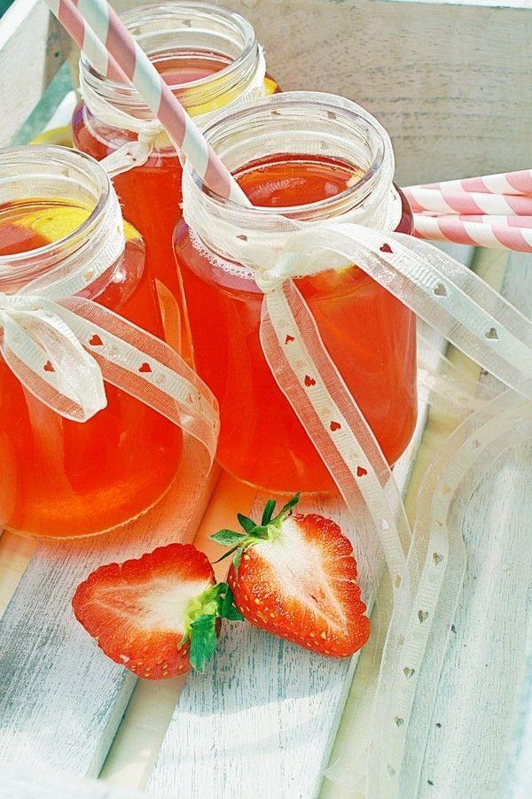 Tyvärr har vi inte fått njuta av solen här hemma. Men man kan ju ändå njuta av en kall saft? Denna saften smakar mycket jordgubbar och är frisk i smaken. Du kan variera detta recept med några andra bär om du så önskar. Jag tycker det blir så gott när [...]