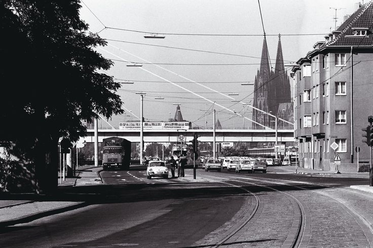 """Das Schönste an der Schäl Sick, meint mancher Kölner ja, sei der Blick auf den Dom. Und der bot sich auch schon im September 1972 von der Haltestelle """"Drehbrücke"""" in Deutz. Die Aufnahme aus dem Archiv der Kölner Verkehrs-Betriebe zeigt die Siegburger Straße und die darüber herlaufende Severinsbrücke. Die Haltestelle """"Drehbrücke"""", an der die Stadtbahnlinie 7 hält, ist - man kann es sich denken - nach der Drehbrücke im Deutzer Hafen benannt. Sie wurde 1907 zeitgleich mit dem Bau des Hafens…"""