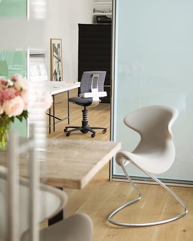 Die Designer Stuhle 3dee Und Oyo Zusammen Im Hellen Office Style Wir Lieben Den Cleanen Einrichtungsstil Die Stuhle Sind In Viel Home Decor Decor Furniture