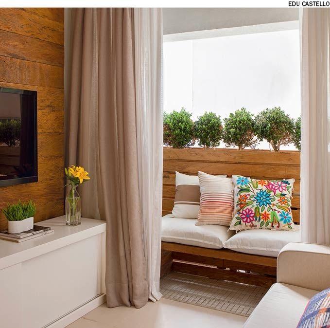 Nesta varanda, a designer de interiores Andrezza Alencar criou uma estrutura de madeira ripada para esconder a condensadora do ar condicionado. A peça serve também de apoio para a floreira.