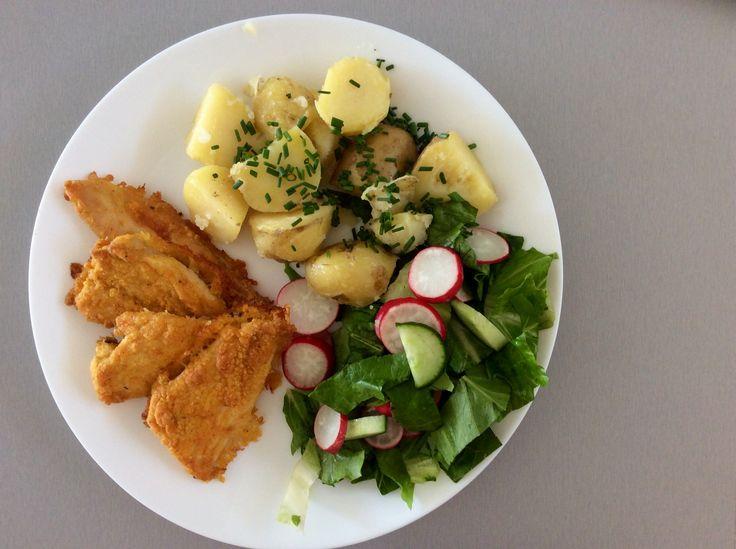 Pečené kuřecí řízečky, brambory s pažitkou, římský salát s okurkami a ředkvičkami