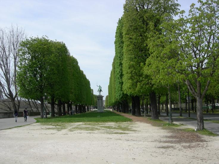 Petit tour de jogging sur les quais de Seine en direction de #DesGateauxetduPain à découvrir sur http://www.footingetfood.fr/2013/04/18/9-km-depart-luxembourg-direction-la-patisserie-des-gateaux-et-du-pain/