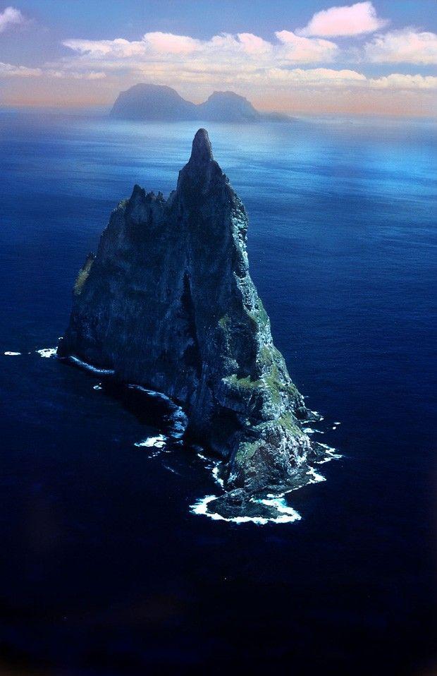 Pirâmide arredondada, Austrália  Essa formação rochosa é datada de 7 milhões de anos atrás, quando era um vulcão. Agora, é o maior penhasco oceânico, com 562 metros de altura. Um lugar digno de QG de vilão do James Bond. Ao fundo, é possível ver a ilha Lorde Howe, arquipélago australiano localizado no Oceano Pacífico.