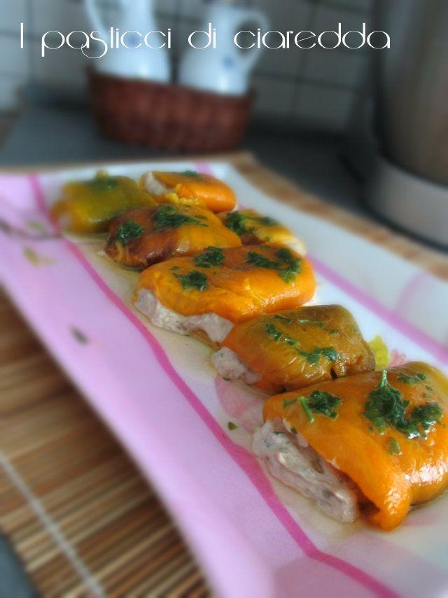 Fagottini di peperoni ripieni di tonno è un fresco e gustoso secondo piatto,preparato con peperoni arrostiti in forno e da una farcia di tonno e maionese.