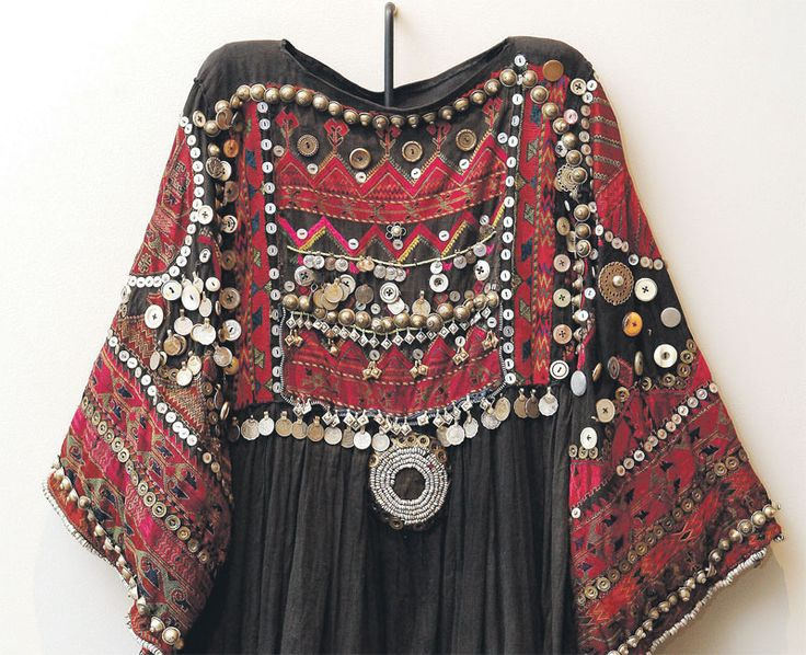 Link to article on a 2010 exhibit in Abu Dhabi, UAE, of 200 Islamic textile treasures.  Details of this dress are not given.