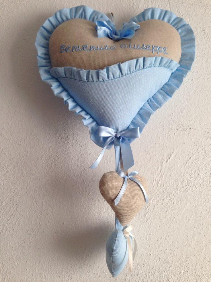 Nuovo fiocco nascita a cuore ,l'incontro tra i teneri color sabbia e azzurro incorniciati da un delicato voulant ,personalizzabile a richiesta