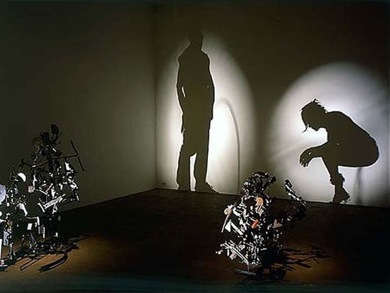 Kumi Yamashita crea installazioni che giocano sul rapporto tra i corpi e le ombre che essi proiettano quando sono investiti da una fonte di luce. Le silhouette di teste e corpi che si delineano sulla parete risultano dalla fusione delle ombre prodotte da blocchetti di legno (in forma di lettere, numeri o altri solidi geometrici) illuminati da una sorgente luminosa laterale.