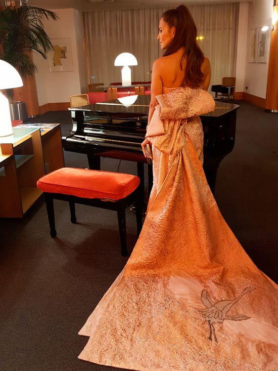 Alfombra naranja del festival de TV de Vitoria con Paula   Isabel Sanchis